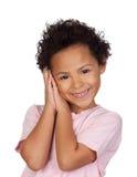 Glückliches lateinisches Kind, welches die Geste vom Schlaf macht Lizenzfreies Stockbild