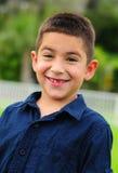 Glückliches Latinokind, das mit dem fehlenden Zahn lächelt Lizenzfreies Stockbild