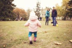 Glückliches liebevolles family& x28; Mutter, Vater und wenig Tochter kid& x29; outd Lizenzfreies Stockfoto