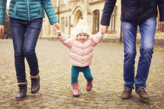 Glückliches liebevolles family& x28; Mutter, Vater und wenig Tochter kid& x29; outd Stockbilder