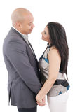 Glückliches liebevolles Paarhändchenhalten, das sich schaut Lizenzfreie Stockbilder