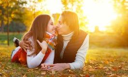Glückliches liebevolles verheiratetes Paar auf einem Herbstweg stockbild