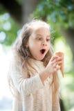 Glückliches liitle Kind mit Eiscreme Lizenzfreie Stockfotos