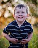 Glückliches Little Boy auf dem Gebiet Lizenzfreie Stockfotografie