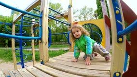Glückliches Little Boy, das auf Dia geht stock video footage
