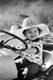 Glückliches Little Boy, das auf Traktor 1 spielt Lizenzfreie Stockbilder