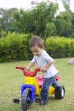 Glückliches Little Boy, das sein Spielzeug fährt Lizenzfreie Stockfotografie