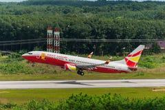 Glückliches Luft Fluglinienflugzeug starten an Krabi-Flughafen Lizenzfreie Stockfotos