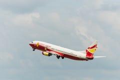 Glückliches Luft Fluglinienflugzeug starten an Krabi-Flughafen Lizenzfreie Stockfotografie
