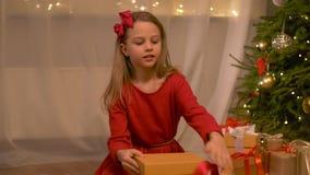 Glückliches Mädchenöffnungs-Weihnachtsgeschenk zu Hause stock video footage