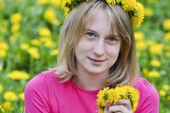 Glückliches Mädchen auf dem Gebiet Lizenzfreie Stockfotos
