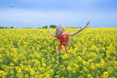 Glückliches Mädchen auf dem gelben Gebiet Stockbilder
