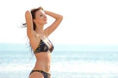 Glückliches Mädchen auf dem Strand Stockfotos