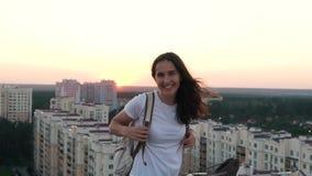 Glückliches Mädchen auf die Oberseite des Gebäudes stock video footage