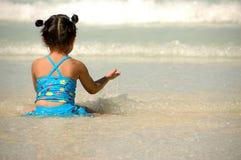 Glückliches Mädchen auf einem Strand stockbild