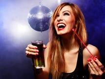 Glückliches Mädchen auf einer Partei Lizenzfreie Stockfotos