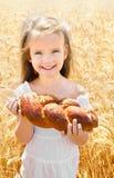 Glückliches Mädchen auf Feld des Weizens Stockfotos