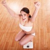 Glückliches Mädchen auf Skalen. Gewicht-Verlust. Stockbilder