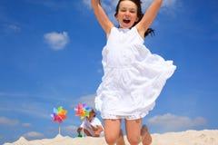 Glückliches Mädchen auf Strand stockbild