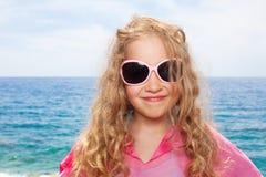 Glückliches Mädchen auf Strand Stockfotos