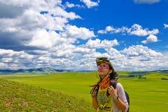 Glückliches Mädchen auf Wiese, Himmel Lizenzfreie Stockbilder