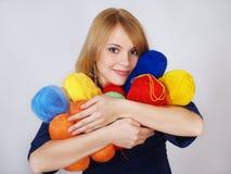 Glückliches Mädchen bedrängt ein warmes Farbengarn zum Gesicht stockbilder