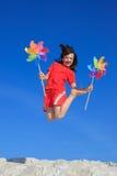 Glückliches Mädchen, das auf Strand springt lizenzfreies stockfoto