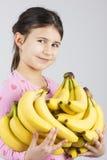 Glückliches Mädchen, das Banane hält Stockfoto