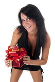 Glückliches Mädchen, das ein Geschenk golding ist Lizenzfreie Stockbilder
