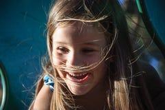 Glückliches Mädchen, das an einem Sommertag lacht Stockfoto