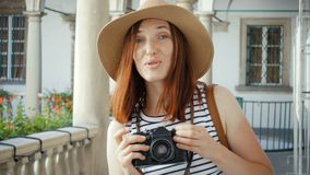 Glückliches Mädchen, das Foto mit Kamera macht stock video footage