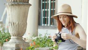 Glückliches Mädchen, das Foto mit Kamera macht stock footage