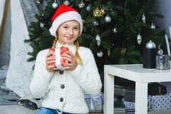 Glückliches Mädchen, das Geschenke anhält Warteweihnachten Stockbilder