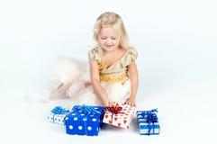 Glückliches Mädchen, das Geschenke anordnet Lizenzfreies Stockfoto