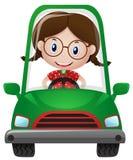 Glückliches Mädchen, das grünes Auto fährt Stockfoto