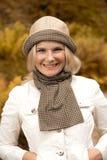 Glückliches Mädchen, das in Herbstpark geht Lizenzfreie Stockfotos