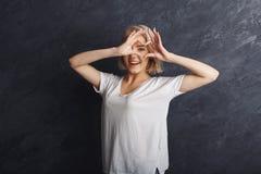 Glückliches Mädchen, das Herz mit ihren Fingern macht Lizenzfreie Stockbilder