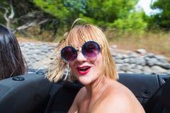 Glückliches Mädchen, das im konvertierbaren Auto sitzt Lizenzfreies Stockfoto