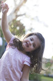 Glückliches Mädchen, das Kamera betrachtet Lizenzfreie Stockfotografie