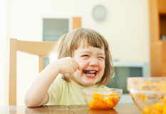 Glückliches Mädchen, das Karottensalat isst Stockfotografie