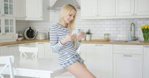 Glückliches Mädchen, das Kreditkarte verwendet Stockfoto