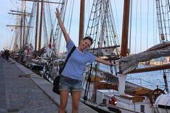 Glückliches Mädchen, das mit Freude in Kopenhagen springt Lizenzfreie Stockbilder