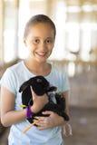 Glückliches Mädchen, das mit Kaninchen spielt Lizenzfreie Stockfotos
