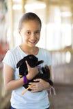 Glückliches Mädchen, das mit Kaninchen spielt Stockfotos