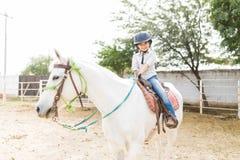 Glückliches Mädchen, das Pferdeartig-unterstützte Therapie durchmacht lizenzfreie stockfotografie