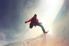 Glückliches Mädchen, das Schnee und Eis weitergeht Stockfoto