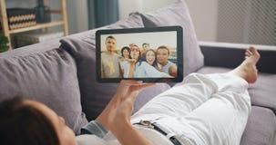 Glückliches Mädchen, das Tablette verwendet, um den Videoanruf spricht mit Freunden online vom Haus zu machen stock video