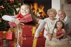Glückliches Mädchen, das Weihnachtsgeschenke erhält Lizenzfreie Stockbilder