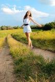 Glückliches Mädchen, das in Wiese geht Lizenzfreie Stockfotografie