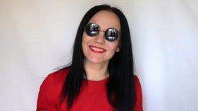 Glückliches Mädchen in den runden schwarzen Gläsern stock footage
